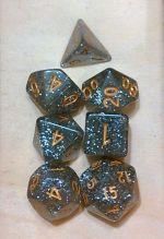 D&D DOBÓKOCKAKÉSZLET csillogó ezüst arany számokkal / DICE SET Glitter Silver w/ Gold Numbers (7)