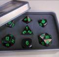 D&D DOBÓKOCKAKÉSZLET FÉM nikkel zöld számmal / METAL DICE SET Nickel with Green in a metal box (7)