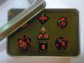D&D DOBÓKOCKAKÉSZLET fém nikkel piros számmal / Metal Dice Set Nickel with Red in a metal box (7)